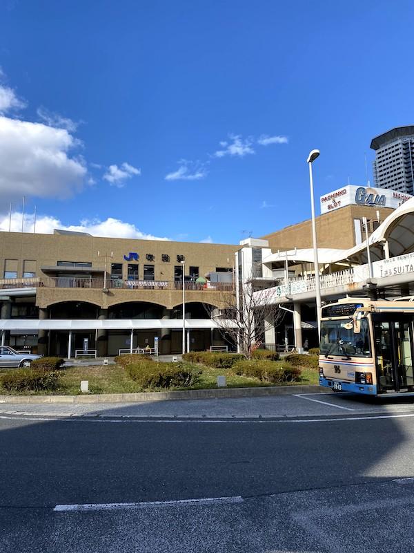 最寄り駅はJR吹田駅です。中央改札口前のバス停ロータリーに出ます。